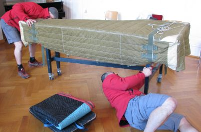 Emballage d'un piano lors de son déménagement en Suisse par l'entreprise Ducret basée à Genève